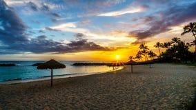 Zonsondergang over de lagune en het strand onder blauwe hemel op de Westkust van Oahu royalty-vrije stock fotografie