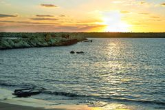 Zonsondergang over de Middellandse Zee, de zomeravond royalty-vrije stock foto's