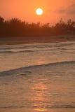 Zonsondergang over de oceaan Royalty-vrije Stock Afbeeldingen