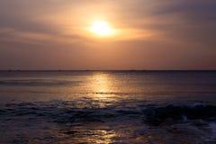 Zonsondergang over de oceaan Stock Foto