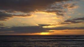 Zonsondergang over de oceaan in Hawaï stock videobeelden