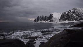 Zonsondergang over de Okshornan-bergketen bij het Eiland Senja in Noordelijk Noorwegen stock footage