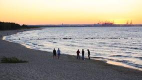 Zonsondergang over de Oostzee in Gdansk stock video