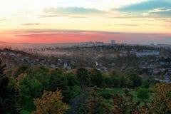 Zonsondergang over de rand van de stad Stock Foto