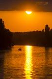 Zonsondergang over de rivier Stock Afbeelding