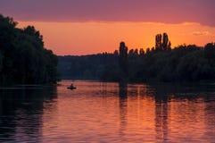 Zonsondergang over de rivier Stock Foto's