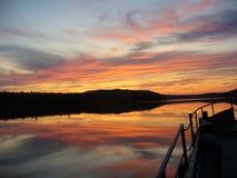 Zonsondergang over de rivier Stock Fotografie