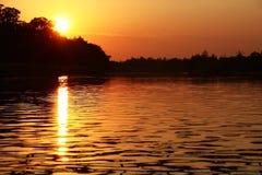 Zonsondergang over de rivier Royalty-vrije Stock Fotografie