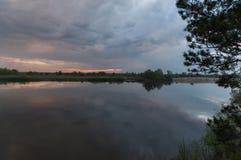 Zonsondergang over de rivier zonsondergang over de horizon Natuurlijk frame stock foto