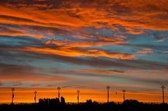 Zonsondergang over de rivier Kleurrijke wolken Royalty-vrije Stock Afbeeldingen