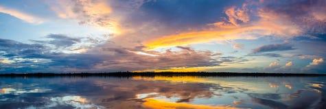 Zonsondergang over de rivier van Amazonië Stock Fotografie