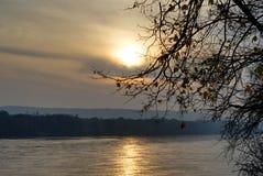 Zonsondergang over de rivier van Donau royalty-vrije stock fotografie