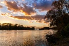 Zonsondergang over de rivier van Donau dichtbij Bratislava, Slowakije Stock Foto's
