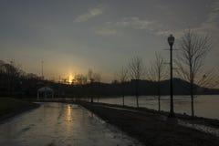 Zonsondergang over de Rivier van Ohio stock fotografie