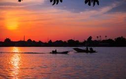 Zonsondergang over de rivieroever Royalty-vrije Stock Afbeeldingen