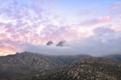 Zonsondergang over de rokerige berg Stock Foto's
