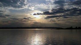 Zonsondergang over de stad stock video