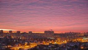 Zonsondergang over de stad, die roze hemel gelijk maken Stock Foto's