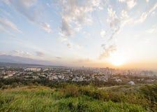 Zonsondergang over de stad van Alma Ata, Kazachstan royalty-vrije stock foto's