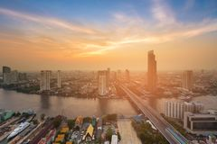 Zonsondergang over de stad van Bangkok de stad in met rivier gebogen luchtmening Stock Foto's