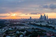 Zonsondergang over de stad van Moskou stock afbeeldingen