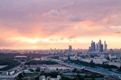 Zonsondergang over de stad van Moskou royalty-vrije stock afbeeldingen