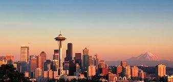 Zonsondergang over de stad van Seattle Washington tijdens de aardige zomer Stock Afbeeldingen