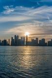 Zonsondergang over de stad van Sharjah Stock Foto's
