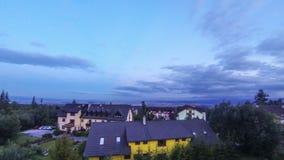 Zonsondergang over de stad van Stary Smokovets, Hoge Tatras-bergen, Slowakije stock footage