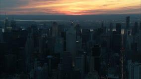Zonsondergang over de stadsantenne van New York stock videobeelden