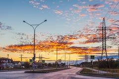 Zonsondergang over de stadsweg stock foto's