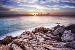 Zonsondergang over de tropische baai. Stock Foto's
