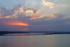 Zonsondergang over de veerboot over het estuarium stock afbeeldingen