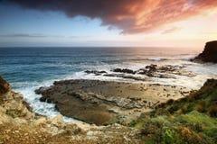 Zonsondergang over de Victoriaanse kust. stock afbeelding