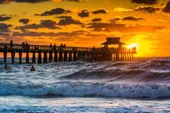 Zonsondergang over de visserijpijler en de Golf van Mexico in Napels, Flori Stock Foto