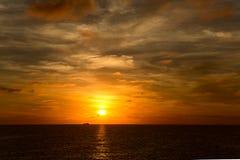 Zonsondergang over de Vreedzame oceaan Royalty-vrije Stock Afbeelding