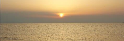 Zonsondergang over de warme Stille Oceaan, het Zuidenoverzees op een de zomeravond Stock Foto