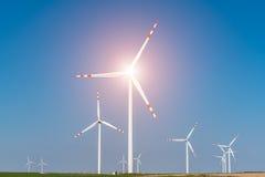 Zonsondergang over de windmolens op het gebied Stock Foto