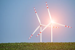 Zonsondergang over de windmolens op het gebied Stock Fotografie