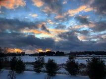 Zonsondergang over de winterlandschap Stock Fotografie