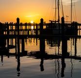 Zonsondergang over dok en zeilboot in Florida stock afbeelding