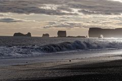 Zonsondergang over Dyrholaey-klippen in IJsland Royalty-vrije Stock Afbeeldingen