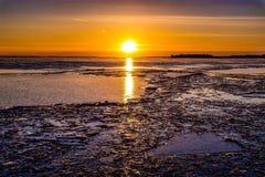 Zonsondergang over een bevroren meer Stock Fotografie