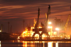 Zonsondergang over een de industriehaven met kranen in Bulgarije, Varna stock foto