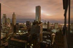 Zonsondergang over een donkere Zandige post van Manhattan Stock Fotografie