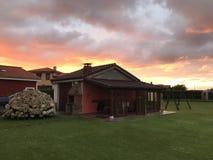 zonsondergang over een klein huis royalty-vrije stock foto's