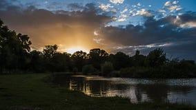 Zonsondergang over een meer Stock Afbeeldingen