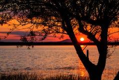Zonsondergang over een meer Stock Foto's