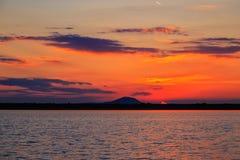 Zonsondergang over een meer Stock Afbeelding