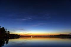 Zonsondergang over een meer Stock Foto